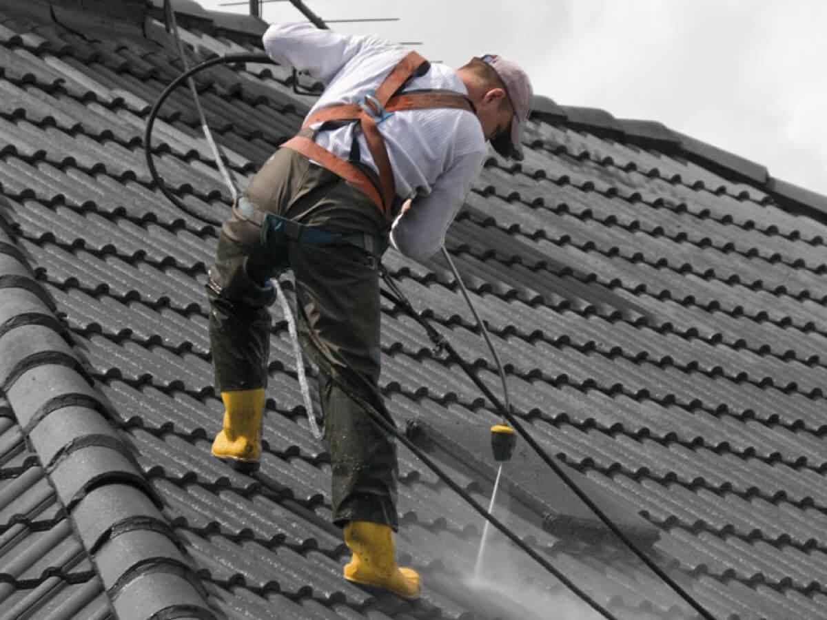 Dachreinigung von Betonziegel durch Hochdruck